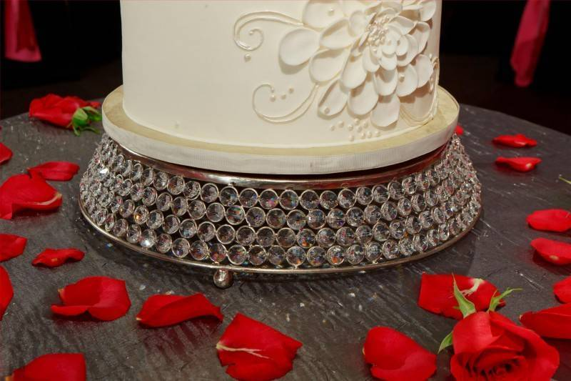 Elegant Cake Stands   The Beauty Shouldnt Stop at the Fondant